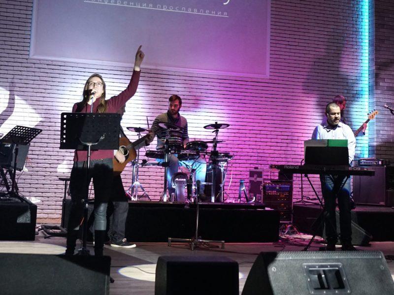 viki-stage-singing
